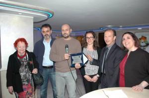 La giuria con l'artista vincitore di AMOR PER ROMA